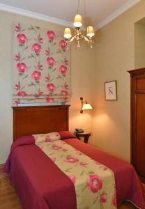 A bed or beds in a room at Grande Bretagne - Nafplio