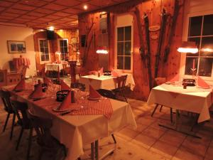 Ein Restaurant oder anderes Speiselokal in der Unterkunft Hotel Schoenau