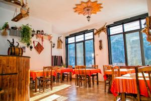 A restaurant or other place to eat at Guest House Konakat