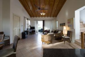 A seating area at Amoroza Villa