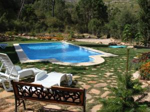 The swimming pool at or near Alojamientos Rurales Navahondona