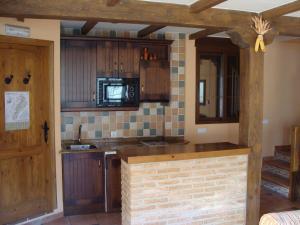 A kitchen or kitchenette at Alojamientos Rurales Navahondona