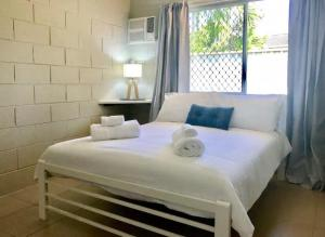 A bed or beds in a room at TROPICAL living in LEAFY Edge Hill, FREE AC + WIFI