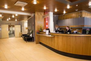 Majoituspaikan Hotel Kruunupuisto aula tai vastaanotto