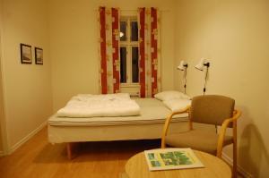 Säng eller sängar i ett rum på Kanalvillan
