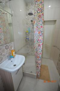 "A bathroom at Апартамент на Крымской 39, лит ""З"""