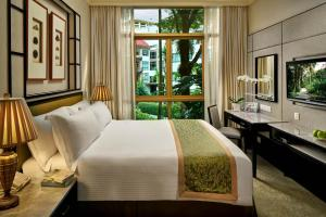 A bed or beds in a room at Treetops Executive Residences (SG Clean)