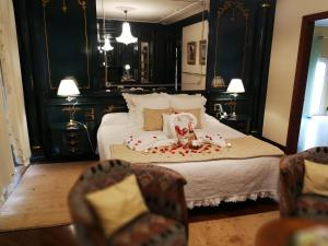 A bed or beds in a room at Hotel Boutique Edelweiss La Garriga