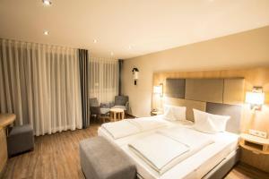 Ein Bett oder Betten in einem Zimmer der Unterkunft Landidyll Hotel zum Kreuz