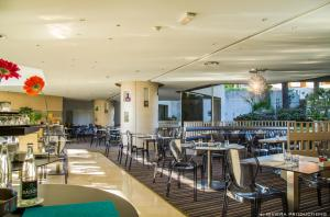 A restaurant or other place to eat at Hotel Cannes Montfleury
