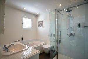 A bathroom at Romantik Manoir Carpe Diem