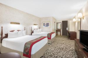 A bed or beds in a room at Ramada Plaza by Wyndham Portland