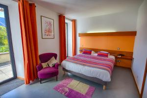 A bed or beds in a room at Auberge du Moulin