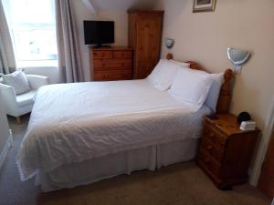 A bed or beds in a room at Dunsford Guest House