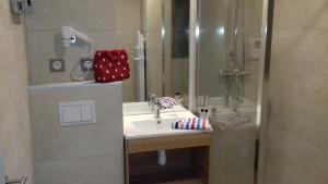 A bathroom at Auberge du Moulin