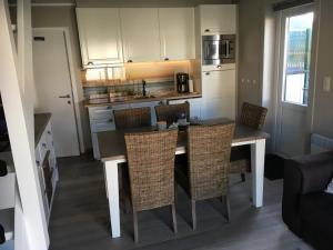 A kitchen or kitchenette at Vakantiewoning Intermezzo aan zee