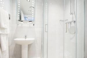 A bathroom at Innkeeper's Lodge Birmingham - NEC , Coleshill