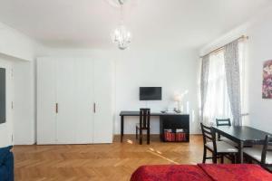Телевизор и/или развлекательный центр в Charming apartment few steps to Wenceslas Square