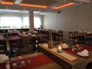 Ein Restaurant oder anderes Speiselokal in der Unterkunft Landhotel zur Linde
