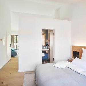 Ein Bett oder Betten in einem Zimmer der Unterkunft Yard Boarding Hotel