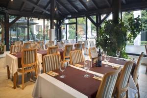 Ein Restaurant oder anderes Speiselokal in der Unterkunft Solitudo Sunny Camping by Valamar