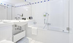 A bathroom at Living Hotel Prinzessin Elisabeth