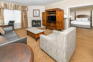 A seating area at Richmond Inn & Suites Trademark Collection by Wyndham