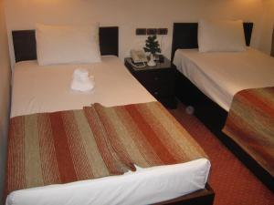 سرير أو أسرّة في غرفة في فندق التونسي