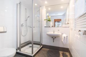 A bathroom at Gartenhotel Luisental