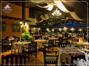 Un restaurante o sitio para comer en Hotel Arenal Springs Resort & Spa