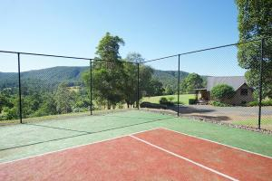 Tennis and/or squash facilities at Clarendon Forest Retreat or nearby
