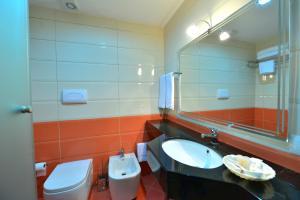 A bathroom at Te Stela Resort