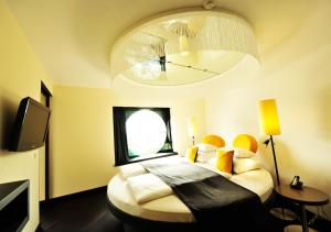 A bed or beds in a room at ARCOTEL Onyx Hamburg