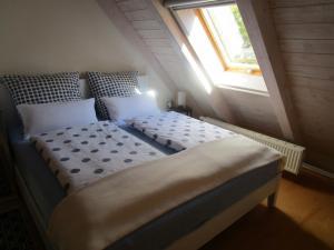 Ein Bett oder Betten in einem Zimmer der Unterkunft Ferienwohnung Spessart