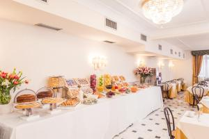 A restaurant or other place to eat at Raeli Hotel Lux