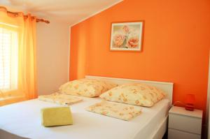 A bed or beds in a room at Apartments Mandaric