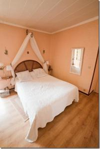 A bed or beds in a room at Chez Camille