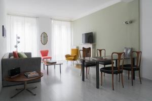 Um restaurante ou outro lugar para comer em Brera Apartments