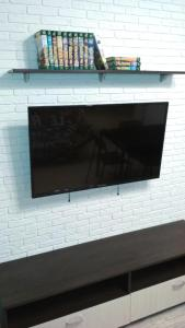 A television and/or entertainment centre at Apartments on Silovaya 6