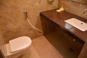 A bathroom at Hotel Silver Pride