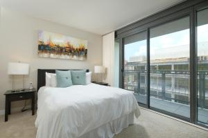 A bed or beds in a room at Churchill at Newseum Residences