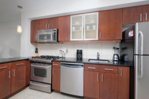 A kitchen or kitchenette at Churchill at Newseum Residences