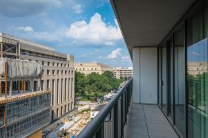 A balcony or terrace at Churchill at Newseum Residences