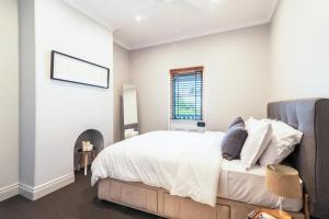 A bed or beds in a room at Sydney Star Terrace