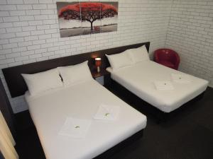 A bed or beds in a room at Jackaroo Apartments