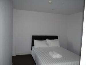 A bed or beds in a room at Amazing Accommodations : South Yarra