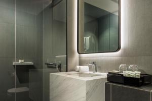 West Hotel Sydney, Curio Collection by Hilton tesisinde bir banyo