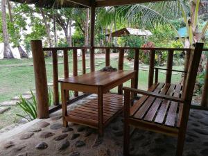 Un balcón o terraza de Garden Bay Beach Resort El Nido