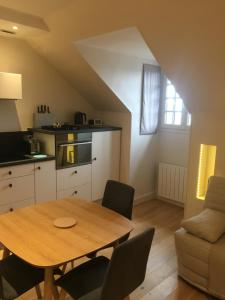 A kitchen or kitchenette at Appartement - Cabourg