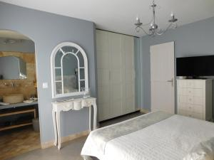A bed or beds in a room at La Chambre d'Hote du Partégal